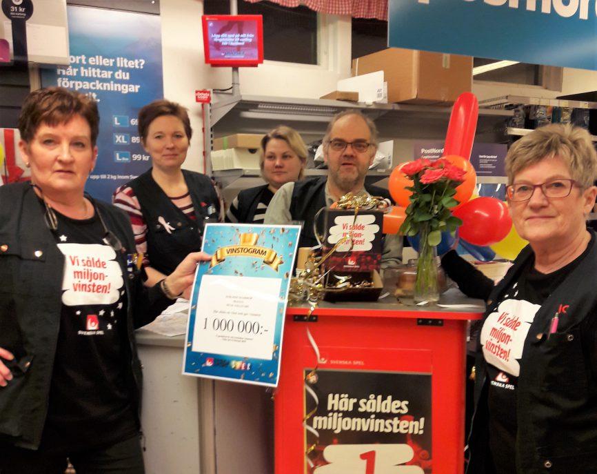 Personalen på Ica Nära Dyrlinds är stolta över att ha sålt en SkrapKryss med en miljonvinst på till en av sina kunder.