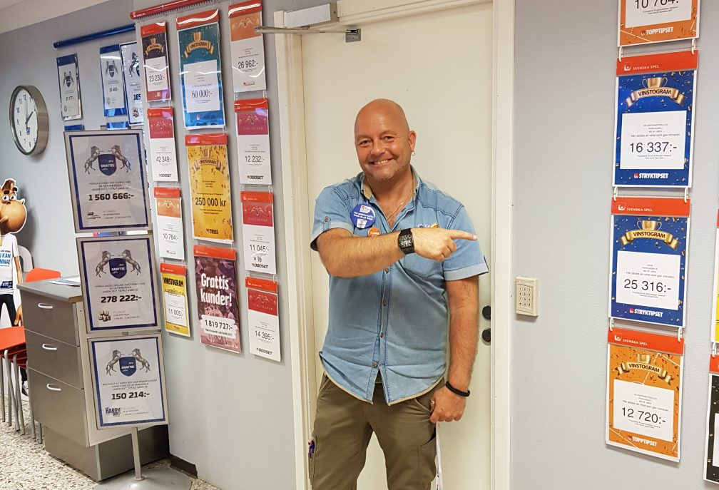 Stefan Ahlbeck, Säljchef på OKQ8, gläds med vinnaren. Foto: Privat