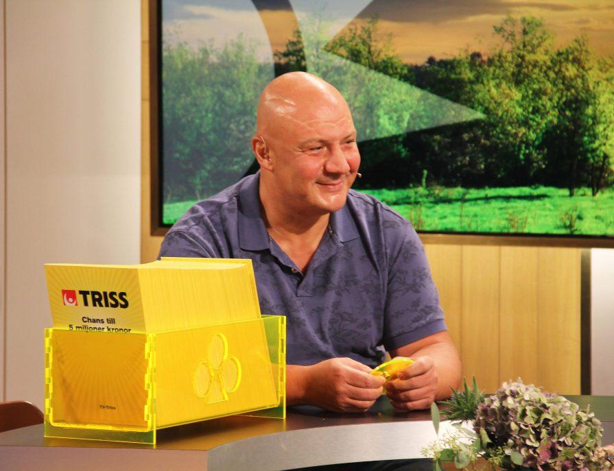 För drygt tre och ett halvt år sedan kom Wael Georges till Sverige från kriget i Syrien. Under lördagsmorgonen skrapade Kramforsbon fram 250 000 kronor på Triss i direktsändning från TV4-studion. Trissvinsten räknar Wael som den näst högsta vinsten i livet. - Den största vinsten vara att få komma till Sverige, sa Wael efter TV-skrapet.