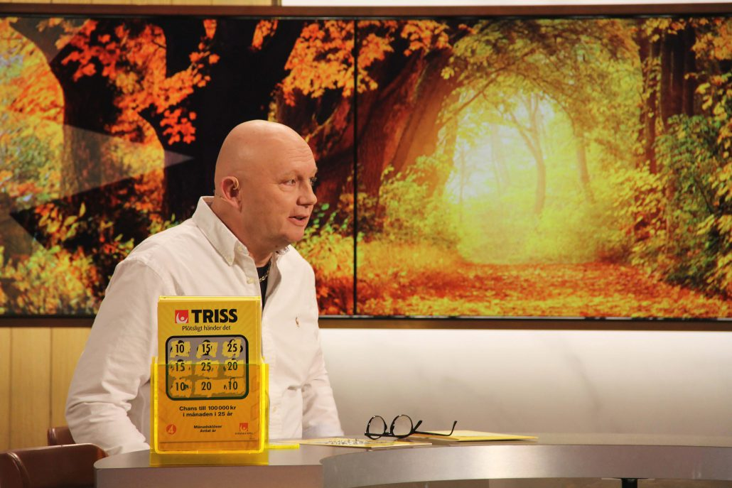 10000 kronor i månaden i 10 år, det är vad 57-åriga Claes Corneliusson från Järbo skrapade fram på Triss under lördagsmorgon. Den förtidspensionerade helikopterpiloten berättade att han skulle spara vinstpengarna för att dryga ut pensionen samt skänka pengar till cancerforskningen i oktobermånad.