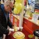 Den nyblivne miljonvinnaren Bosse Olsson var först med att skära upp tårtan.