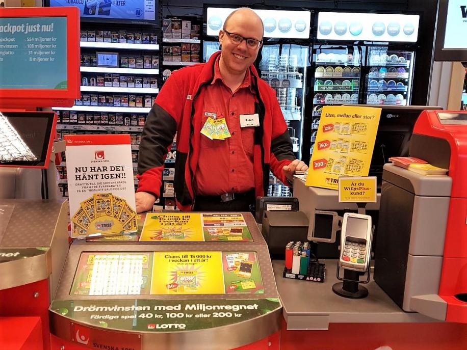 Willys Folkesta i Eskilstuna har verkligen gjort skäl för epitetet turbutik. För tredje gången på knappt två år har butiken sålt vinnande Trisslotter som tagit kunderna till Nyhetsmorgon. I nästa vecka är det återigen dags för en lycklig kund att skrapa Triss i tv med chans på fem miljoner kronor.