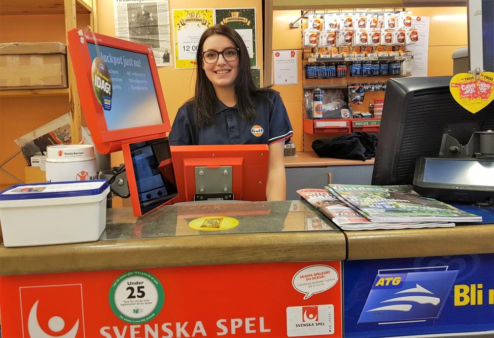 Emma Åsåker på Gulfmacken i Årsunda gläds med Trissvinnaren.