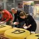 Rekordvinstraden i form av tårta gick åt som smör i solsken på Ica Krämaren i Örebro.