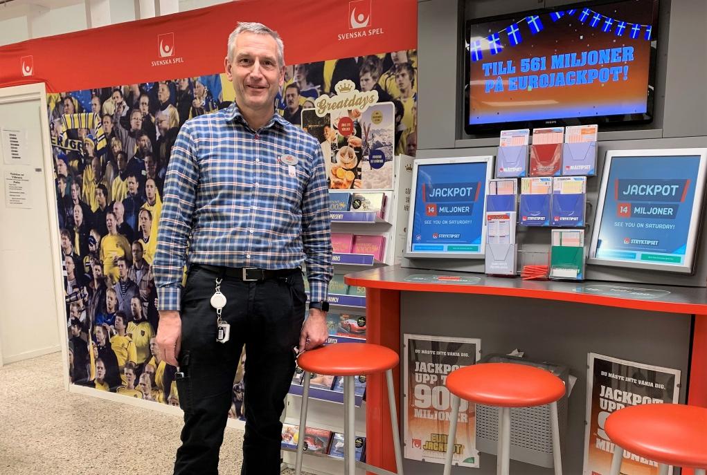 Håkan Johansson, butiksägare Ica Kvantum Flen, gläds med Trissvinnare.