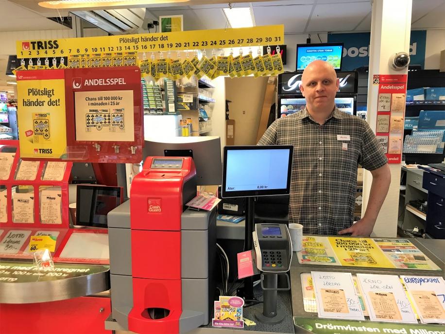 Martin Gustafsson är spelansvarig på Ica Supermarket i Karlsborg och gläds mycket åt storvinsten på Triss.