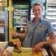 Jennifer Wiklund, butikschef på OKQ8 i Arboga, gläds med vinnaren.