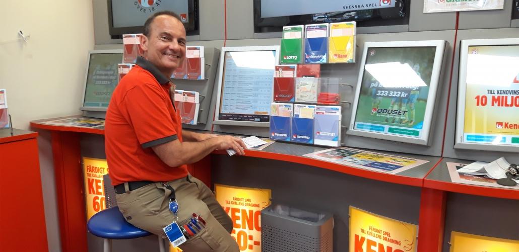Robert Majoros, spelansvarig på Ica Maxi Stormarknad i Hässleholm, gläds med kunden som ksa skrpaa Triss i tv.
