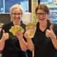Monica Fernqvist och Ninni Hjalmarsson på Ica Supermarket i Forshaga är glada att de för första gången sålt en Triss med tv-vinst.
