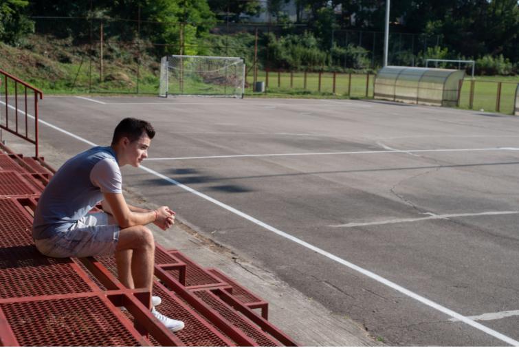 """Alex Dragun tittar ut över fotbollsplanen där han har tillbringat mycket tid. Här hade han kanske kunnat vifta med en serbisk flagga, eftersom det är en serbisk klubb, men ingen annanstans. """"Det hade gått om jag har en kroatisk flagga med. Man måste först ha en kroatisk flagga och sen en serbisk i så fall"""", säger han."""
