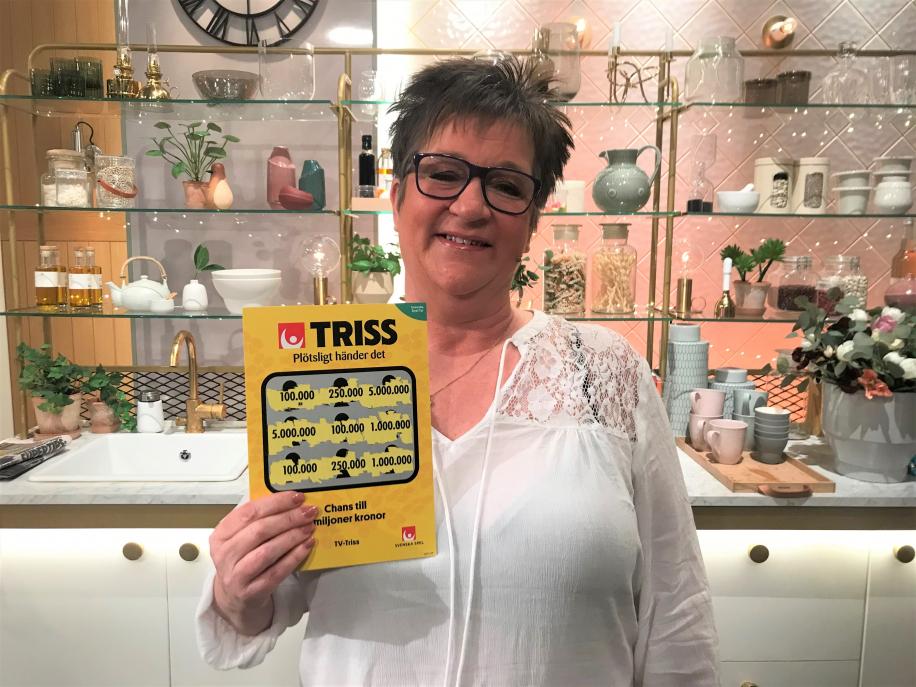 Kristina Olofsson från Östersund blev överraskad av sin son Johan Olofsson att skrapa Triss i tv. Denna torsdagsmorgon skrapade hon fram 100 000 kronor till sonen.