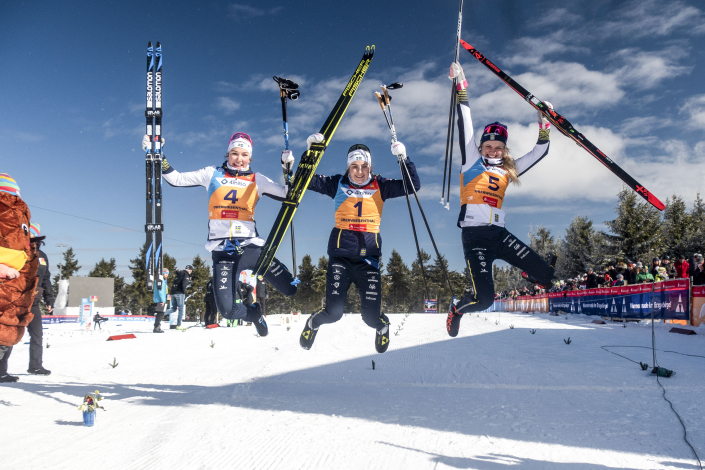 Moa Lundgren (2:a), Ebba Andersson (1:a) och Emma Ribom (3:a) efter 15 km fristil för U23 vid Junior-VM i skidor den 5 Mars 2020 i Oberwiesenthal. Foto: Lukas Johansson / Skidförbundet / handout / BILDBYRÅN