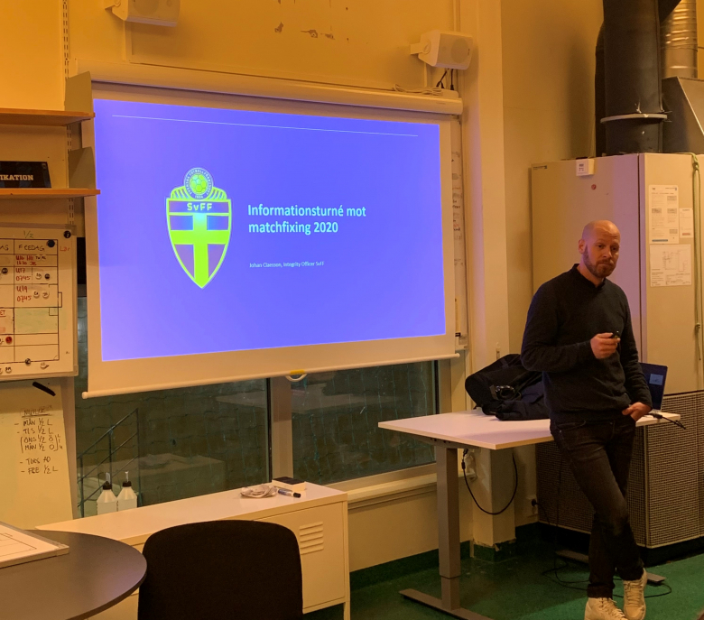 Johan Claesson, integrity officer på Svenska Fotbollförbundet, höll i matchfixningsutbildningen i Uppsala.