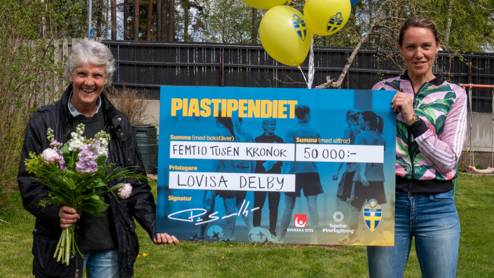 Lovisa Delby överraskades hemma i trädgården av Pia Sundhage som delade ut stipendiet.