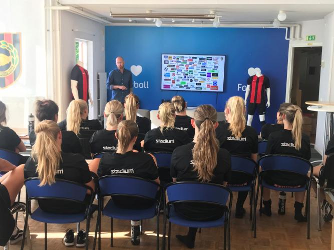 Johan Claesson på fotbollförbundet höll i utbildningen för BP:s tjejer.