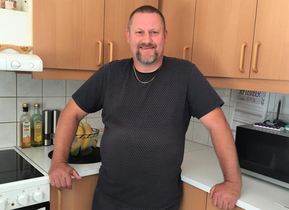 Racketsportaren Thomas Petersson från Hisings Kärra fick några Trisslotter i födelsedagspresent tidigare i år. En av lotterna gjorde att han och familjen fick börja denna onsdag med ett glädjejubel för en halv miljon kronor i direktsänd morgon-tv.
