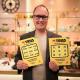 Industriarbetaren och bollentusiasten Patrik Forsblom från Sandviken fick tillslut tre klöver-symboler på en Trisslott efter tio års skrapande. Den lotten gav honom denna lördagsmorgon 2,7 miljoner kronor i pensionsspar och ett hus.