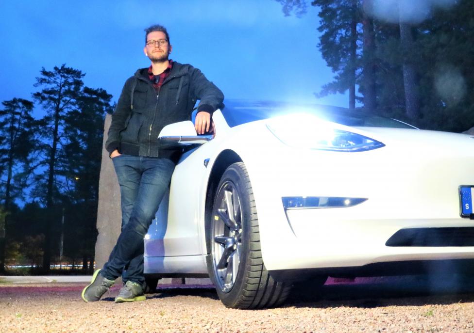 Tim Netzler från Dala-Järna fick en BilTriss i födelsedagspresent av sin sambos mormor. Den lotten gav honom bilen han drömt om - en Tesla Model 3 Longe Range. Foto: Alexandra Sannarum