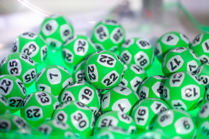 En dryg vecka efter Drömvinstutfallet på 97 miljoner kronor till en kvinna från Arvika har hon nu planer på att bygga ett hus och ge en del av vinsten till hennes barn och barnbarn. Tack vare hennes Drömvinst kommer 15 slumpade Lottorader dras som vinnare till en miljon kronor vardera i samband med lördagens ordinarie Lottodragning.