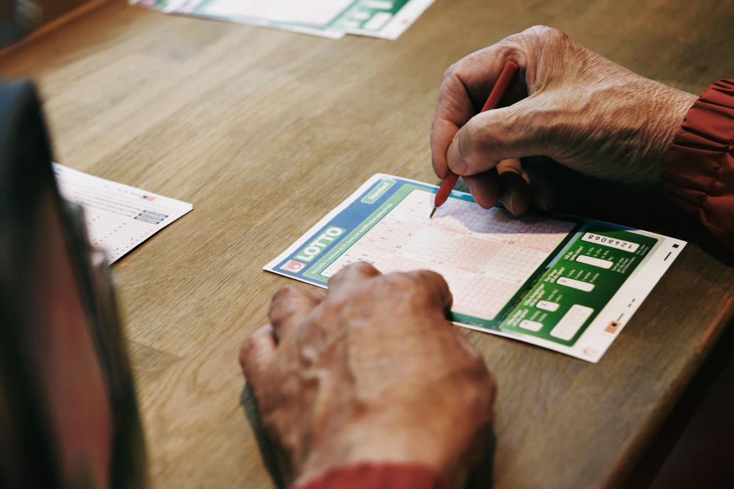 40 år gammal Lottorad gav jackpotten till Kävlinge vid lördagens dragning. Två vänner delar på 15,6 miljoner.