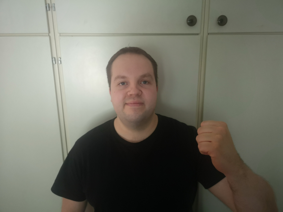 Tomas från Tumba fick åtta Trisslotter i födelsedagspresent av sin mamma. En av dem visade tre tv-rutor. Under onsdagens deltog han i direktsänt Triss-skrap i TV4 Nyhetsmorgon och vann 100 000 kronor.
