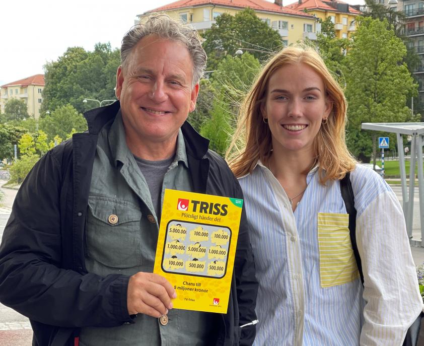 Pelle från Vaxholm var söndagsmorgonens Triss-skrapare i TV4. Här tillsammans med Svenska Spel Turs vinnarkommunikatör Sara Rask.